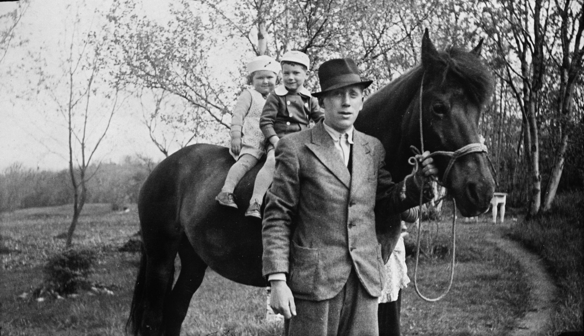 Klaus Kvistad med hest. Marit og Lars Gjørvad på hesteryggen.