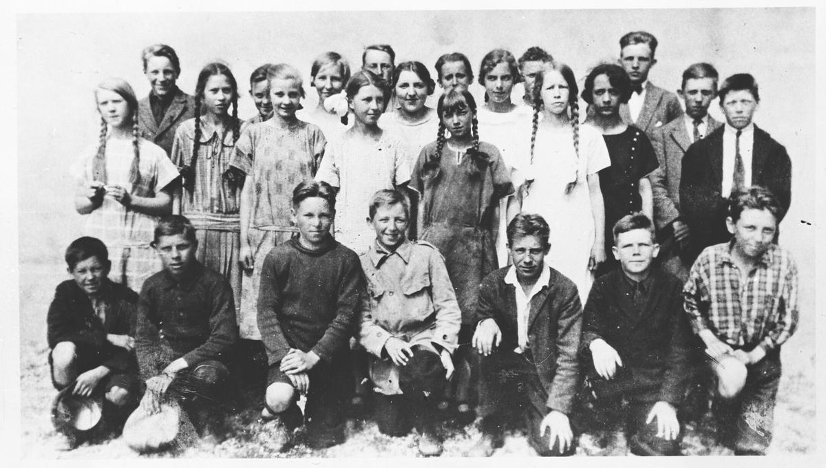 Klasse 7 A ved Volla skole med sin lærer Gothard Fjelvang.