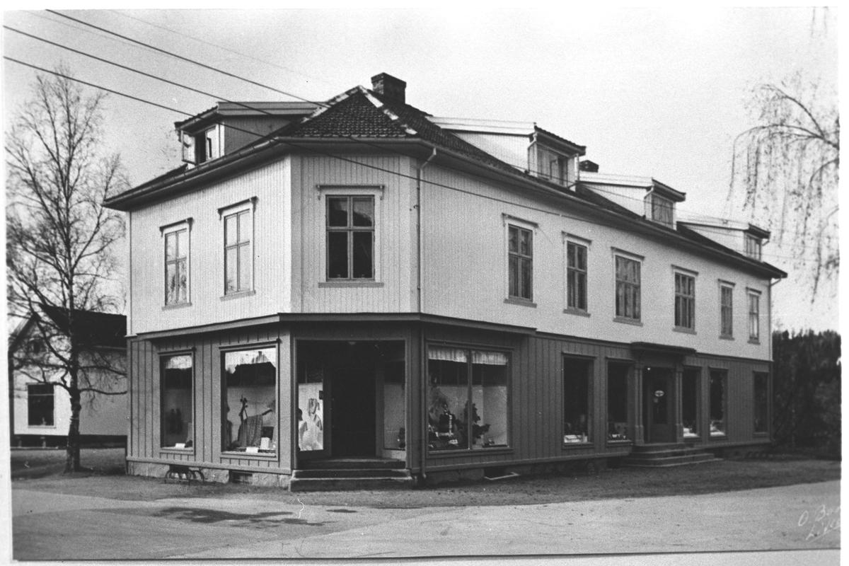 Arthur Olaussen`s forretningsgård på Strømmen. (Olaussengården) Her var manufaktur, jernvarer og kolonial
