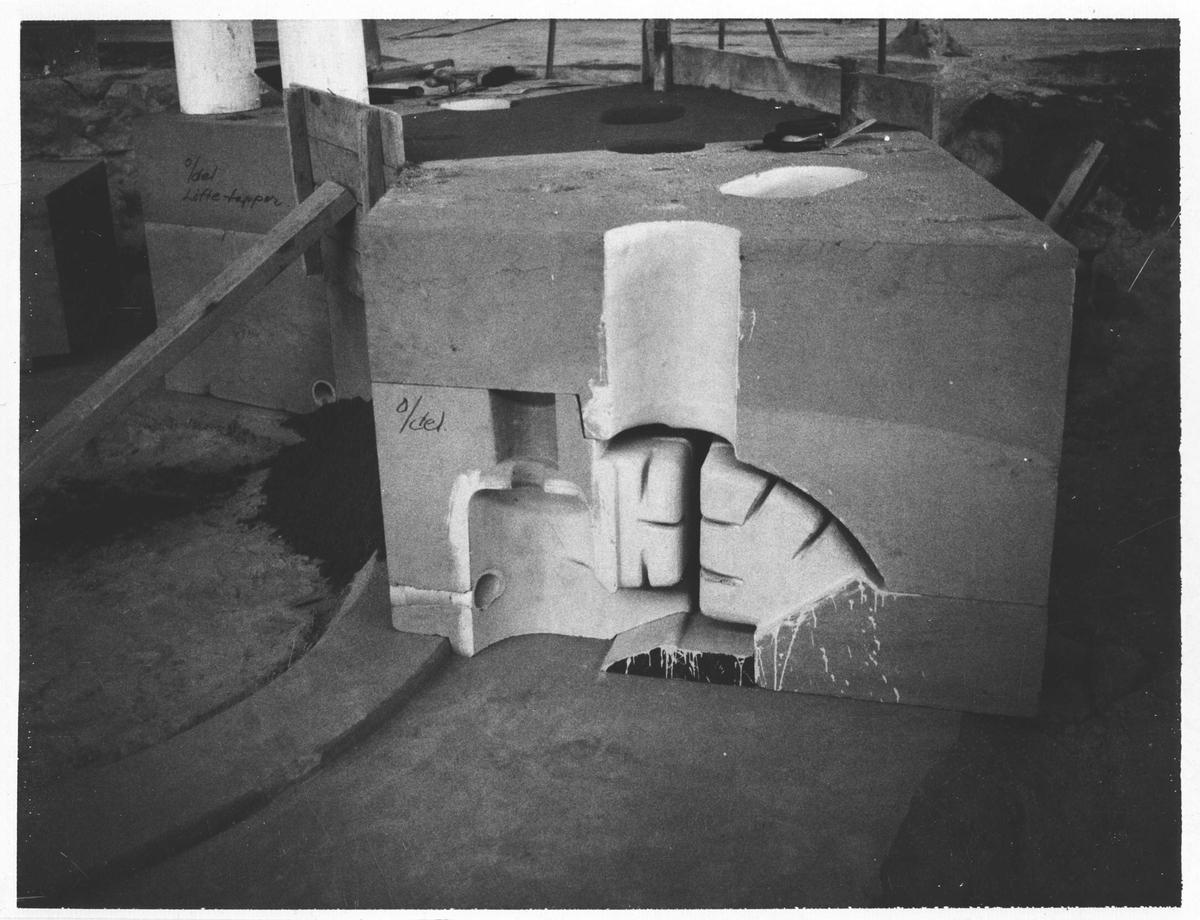 Strømmens Verksted Støping av Fracisturbin. Kjernen pakkes med sand i støpegropen. (Bildenummerene følger ikke arbeidsgangen.)