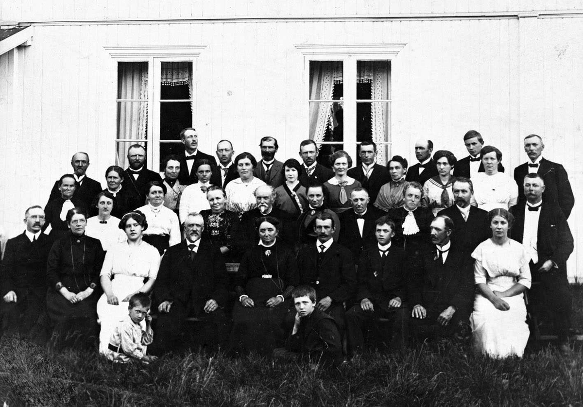 Søndre Kjus 1914. Familebilde, familie, venner og navoer feirer sølvbryllup for Emile f. Refsum og Olai Bøhnsdalen.