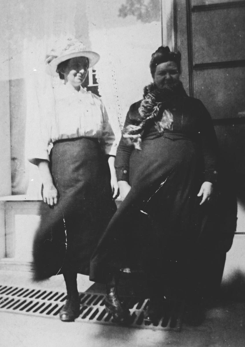 To kvinner på bytur i Oslo i forb. jubileumsutstillingen 1914.