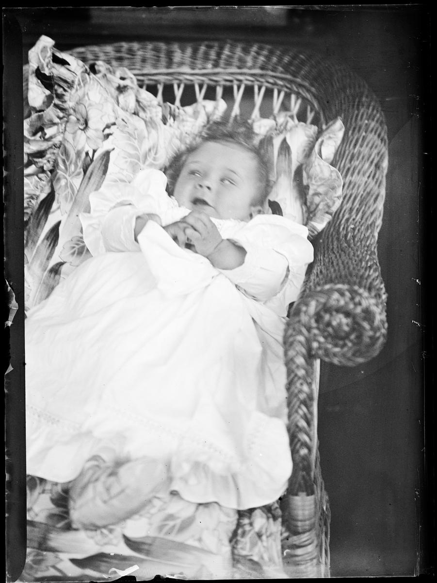 Arne Emil Christensen (født 1898) som baby liggende i en stol.