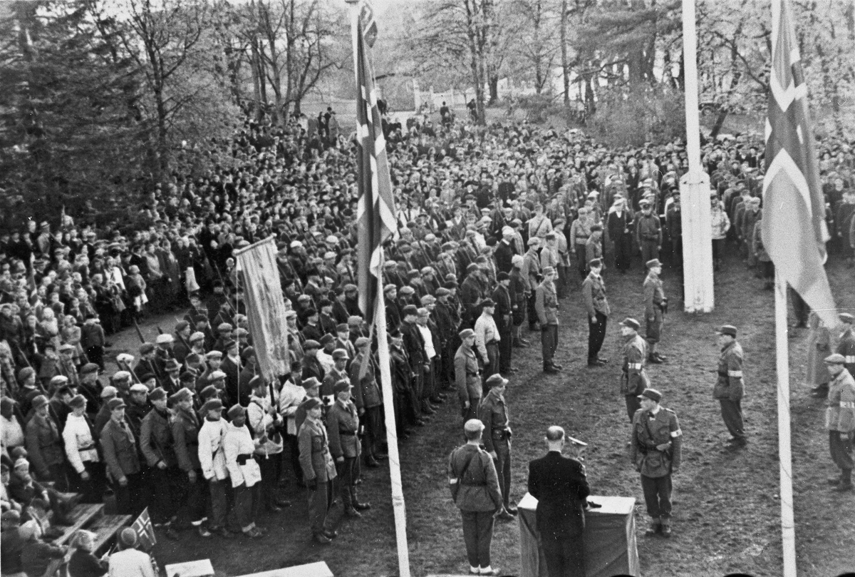 Parade ved Eidsvollbygningen sommeren 1945.