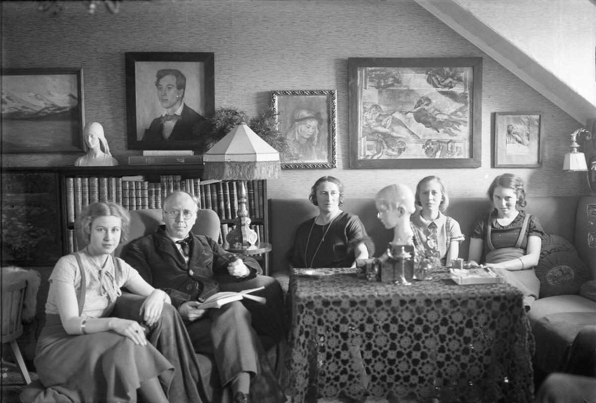 Familie i stue.
