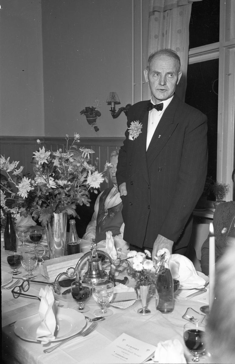 Jens Røkholt holder tale i middagsselskap.
