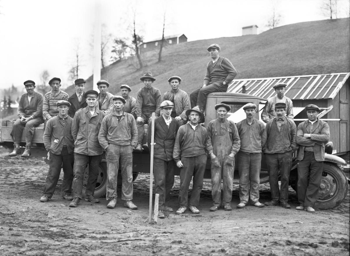 Anleggsarbeidere. Foran fra v.: X, X, Oskar Myrvold, X, X, X, Karl K Sannerhaugen. Sannsynligvis arbeid på Odalsveien 1937-38.