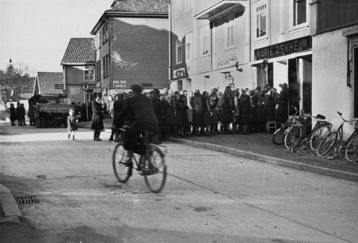 """Handlekø i Sundet utenfor """"Marie Askheim"""". Under krigen."""