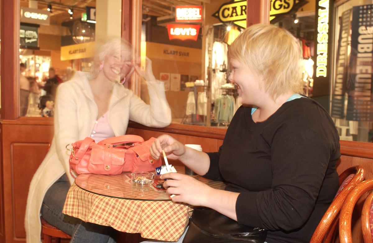 Røyking en sosial kultur under avvikling Baker Nordby Røykerrommet i 2. etg. Ski Storsenter Fra v. Linda Hansen, Lisa Holm