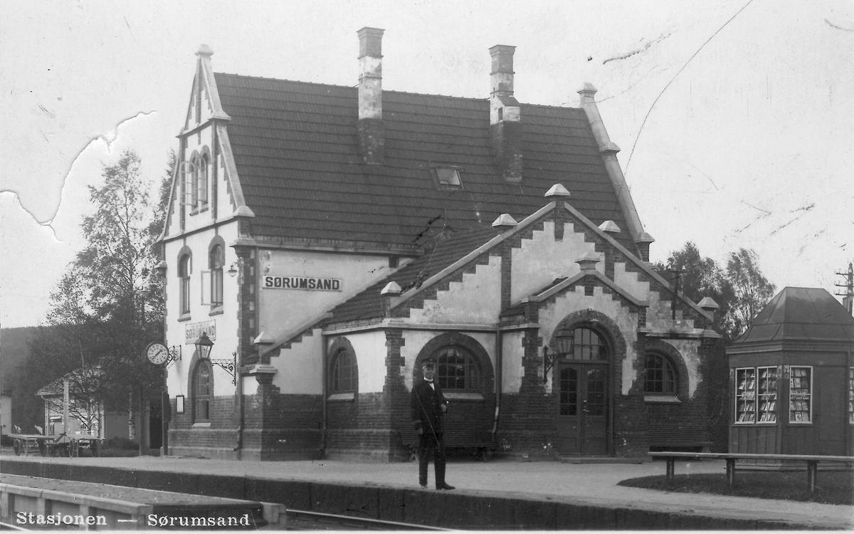Stasjonsmesteren på plattformen foran Sørumsand stasjon