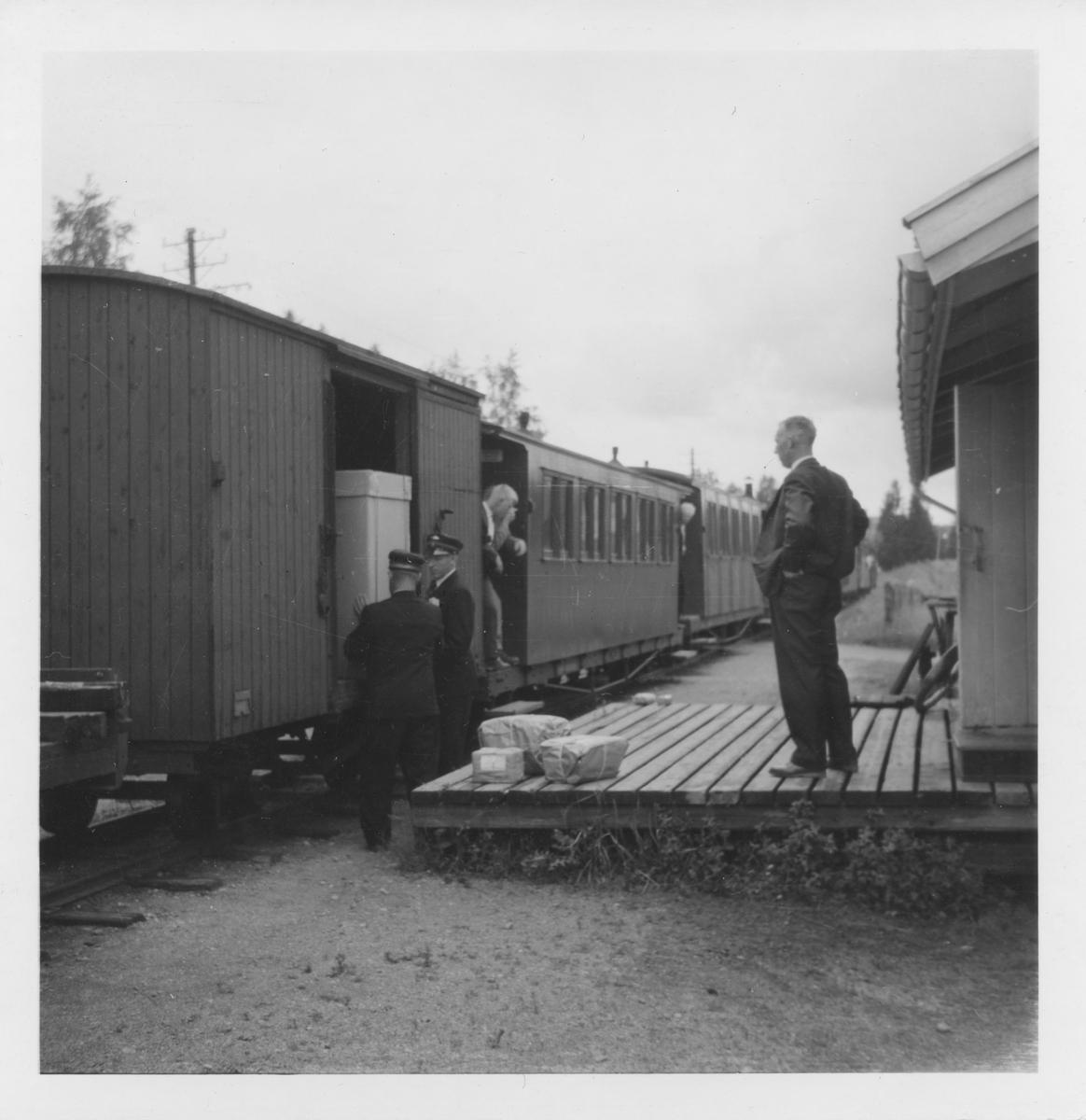 Av- og pålessing av stykkgods ved godsrampen på Fosser stasjon.