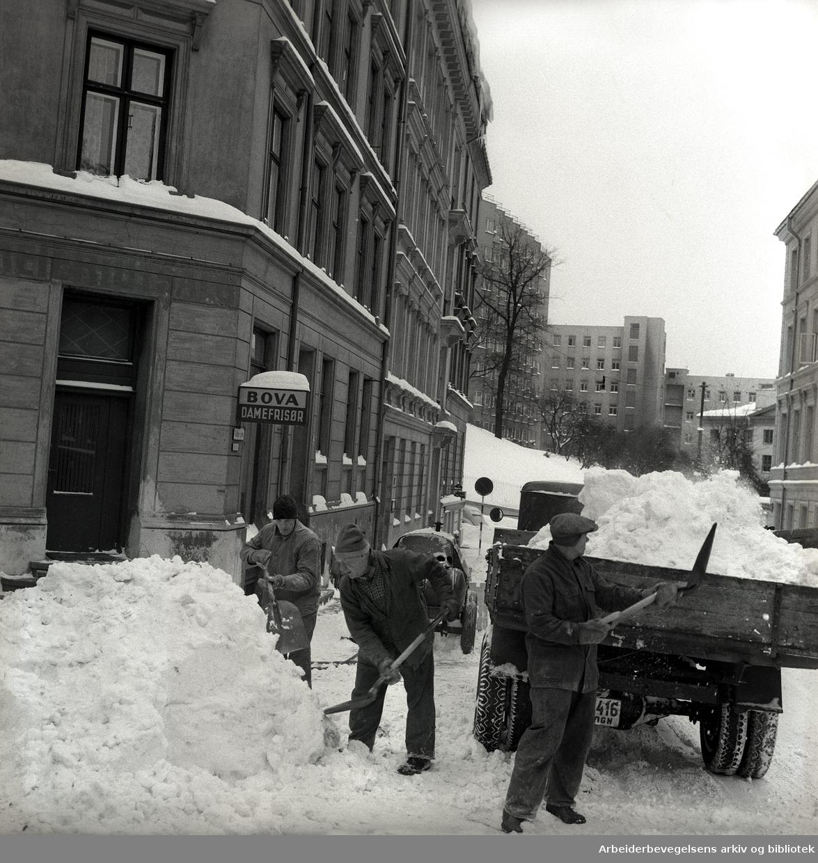 Snørydding i gatene,.januar 1958.