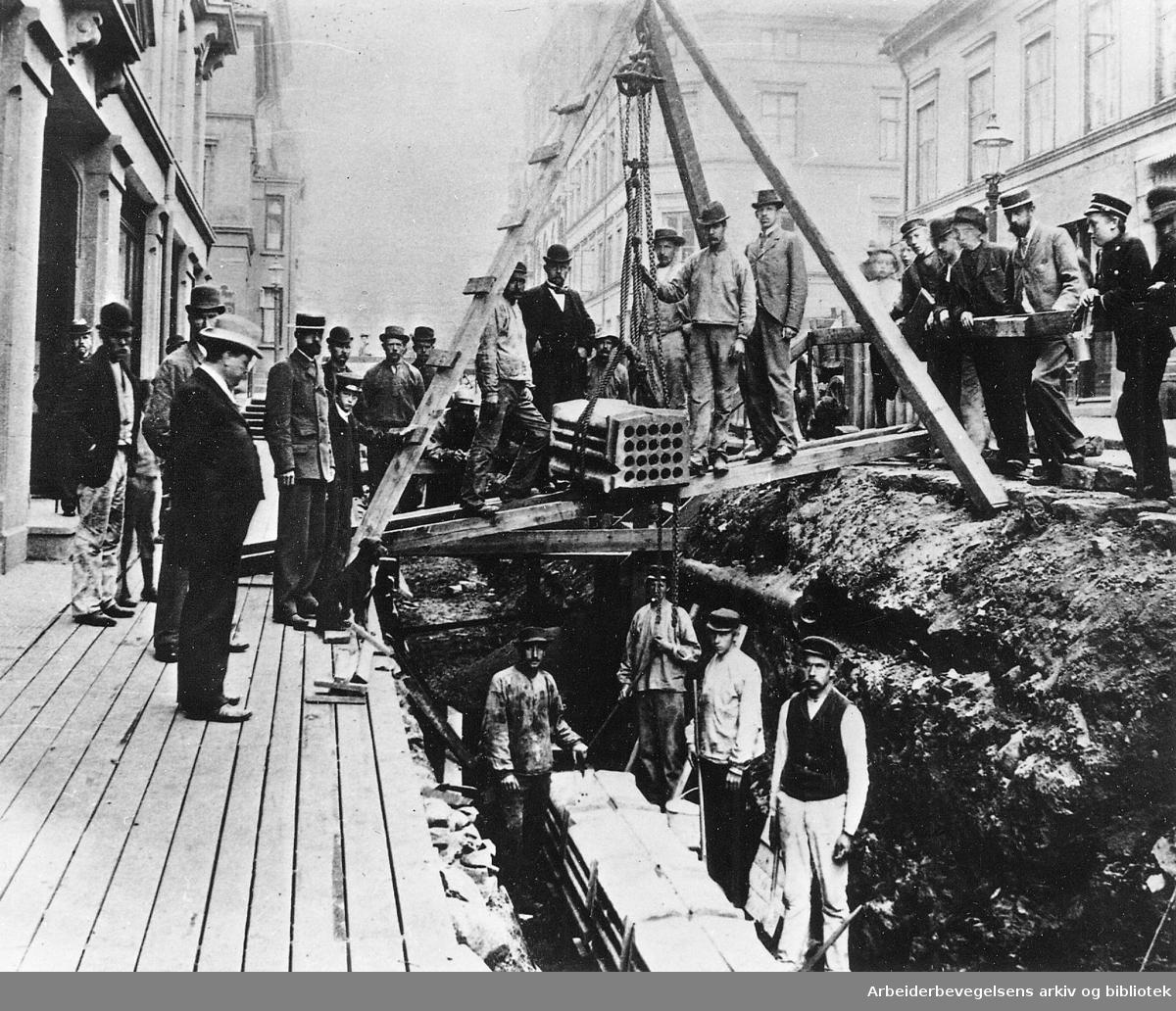 Arbeid med kabelkanal i Prinsens gate, .ca. 1895