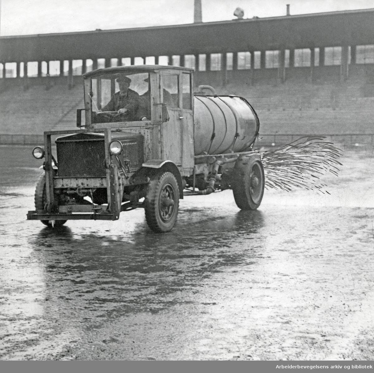 Sprøytevogn legger is på Bislett stadion,.november 1949