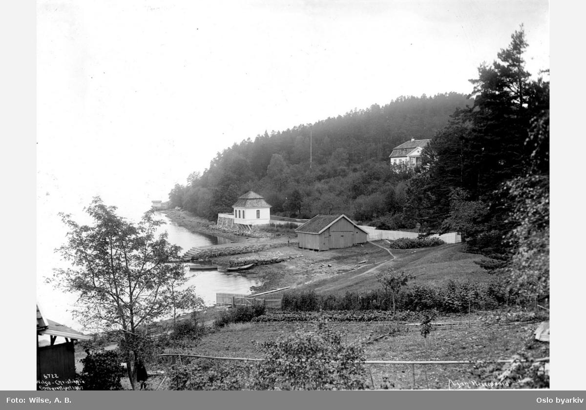 Ljan hovedgård (Stubljan). Aker, Hovedhuset ved Hvervenbukta, brant i 1913, restene av gården fredet. Lysthuset fra rokokkotiden brukes som kiosk og kafé
