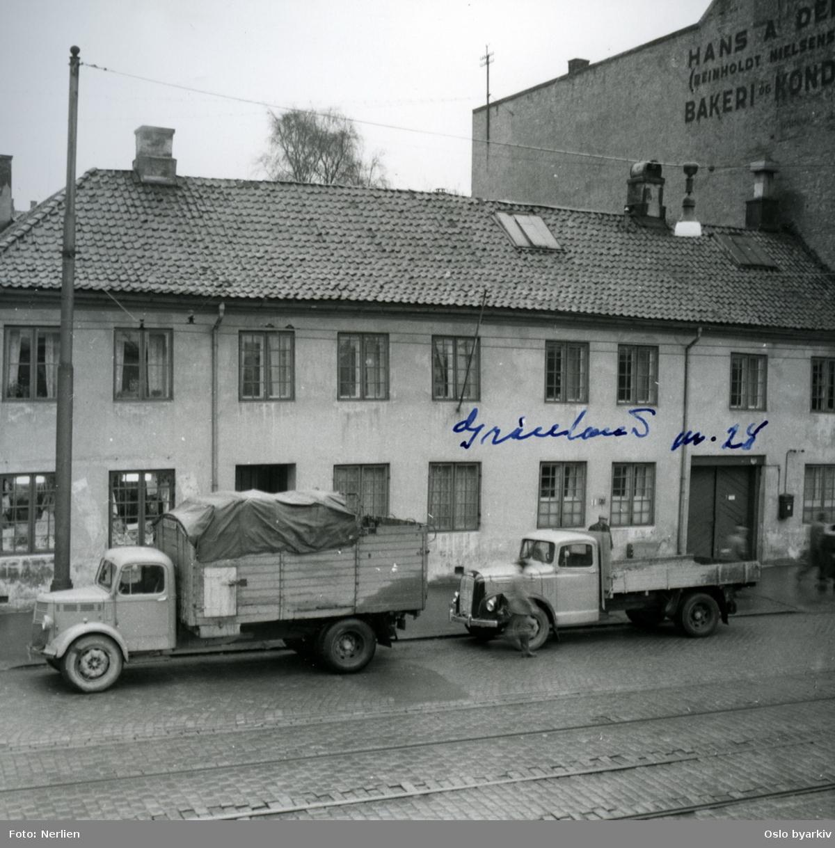 Asylet i Grønland 28. To lastebiler.