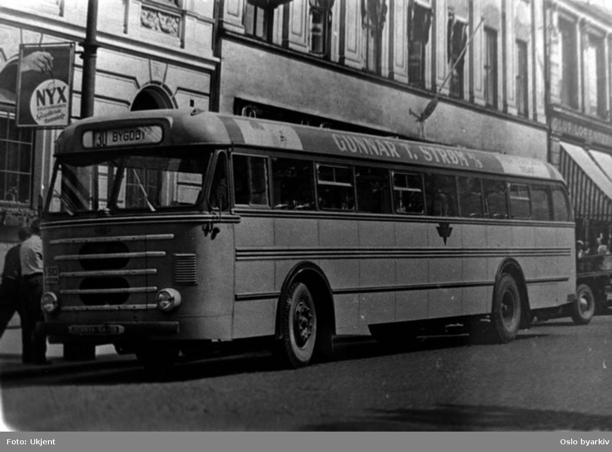 """Scania Vabis rutebuss på vei til Bygdøy. Reklame for """"Gunnar Strøm""""."""