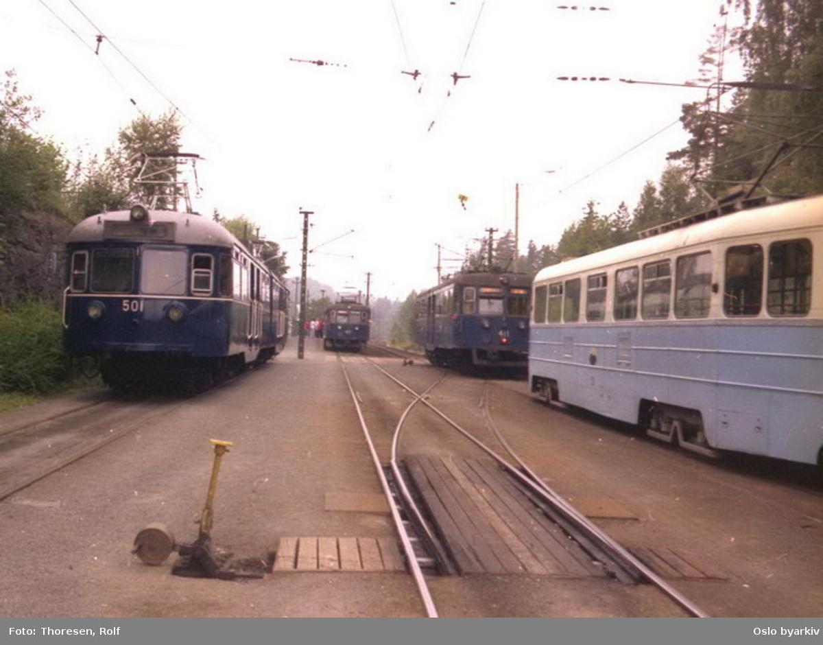 Holmenkollbanen, 501, C 404 og 411, MBO 229 ved stasjonen. 501 mørkeblå i blindtarmen.