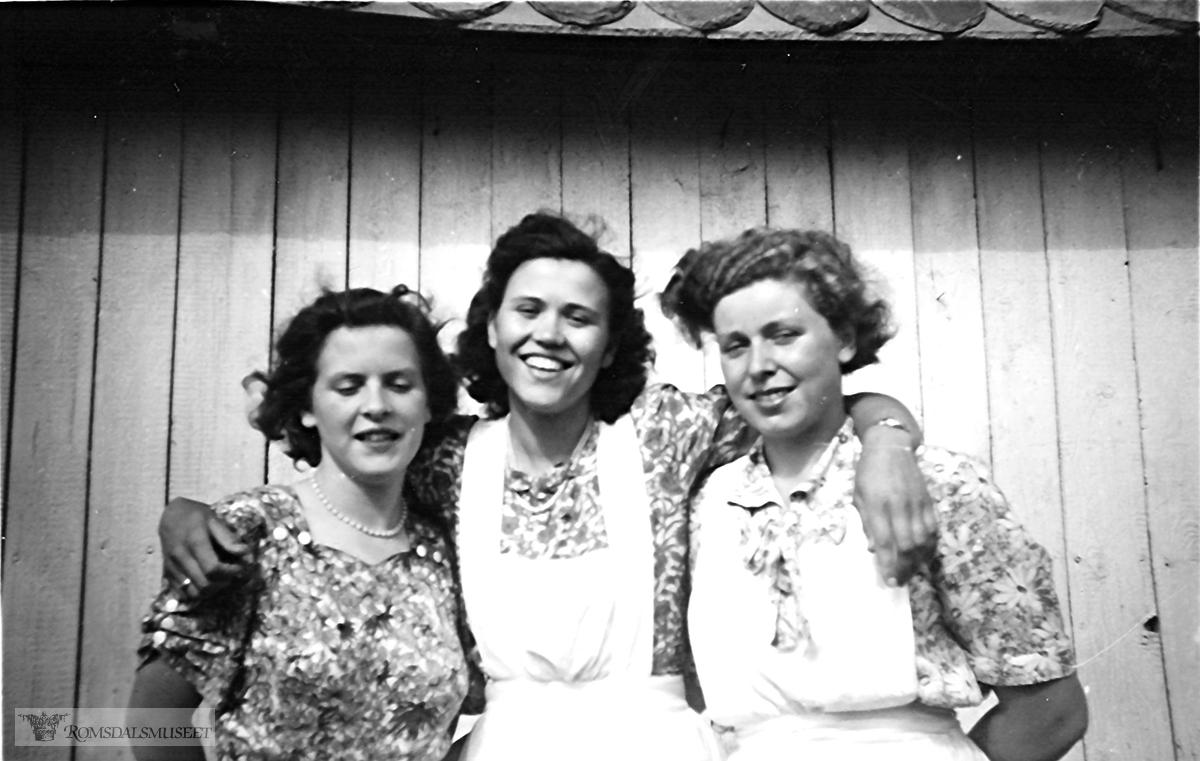 Hjelpere i bryllupet til Ivar og Haldis Magerøy.Emilda gift Lønes.Alvhild gift Beinset.