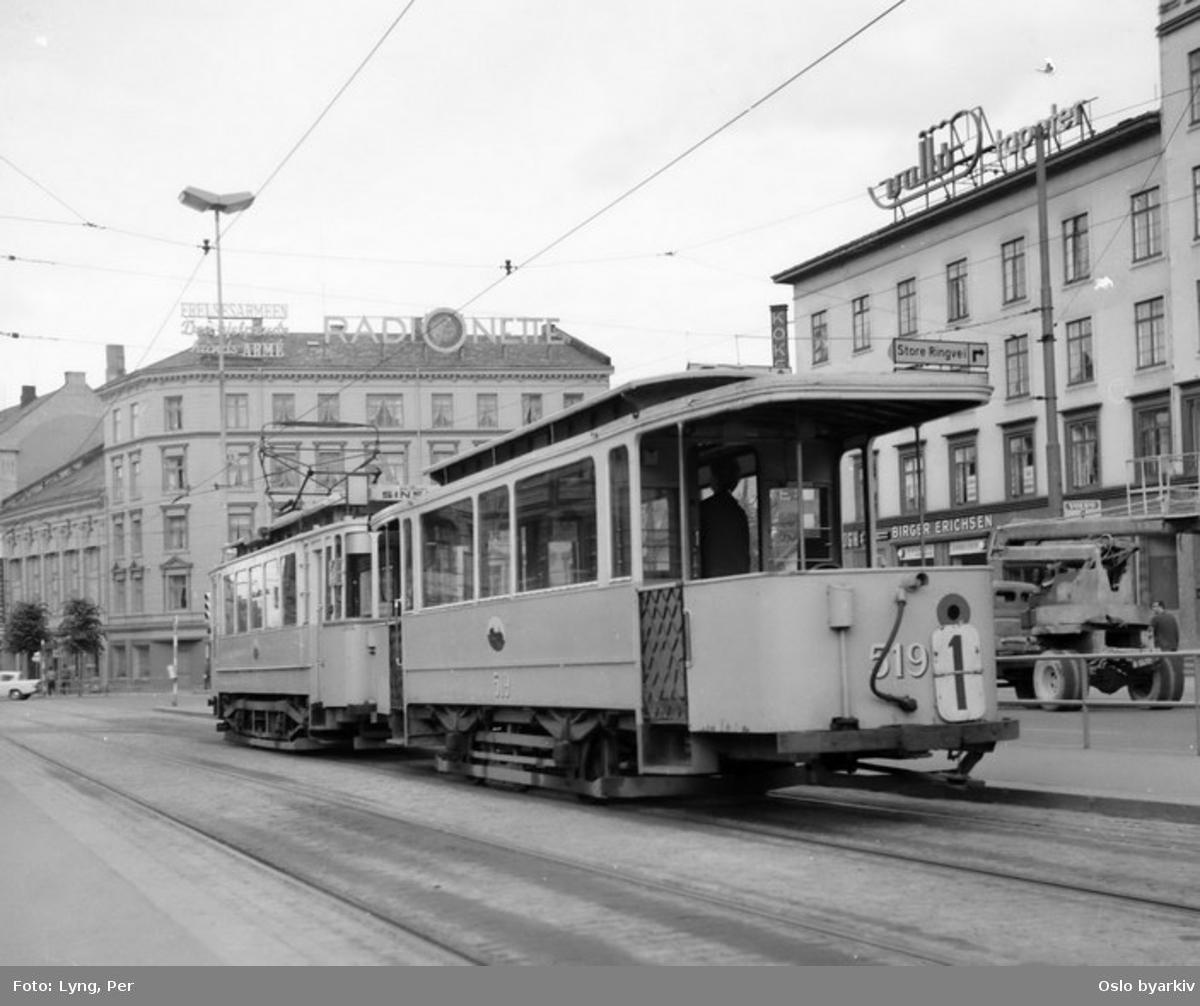 Oslo Sporveier. Trikk tilhenger (fra 1899) type kommunal ombygd (1920) nr. 519 og motorvogn type SS nr. 105 linje 1fra Sinsen over Briskeby, her ved endeholdeplassen i Kirkeveien ved Majorstukrysset. I bakgrunnen en lift/heisbil anno 1967.
