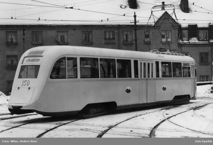 Oslo Sporveier. Trikk motorvogn 158 (prototype fra 1937) type Gullfisk B2, ute på pressevisningstur februar 1937, her utenfor Sagene vognhall. (De seks første (prototyp)gullfiskene ble satt inn på Kjelsåsbanen, linje 4 fra Stortorvet, senere samme år.)