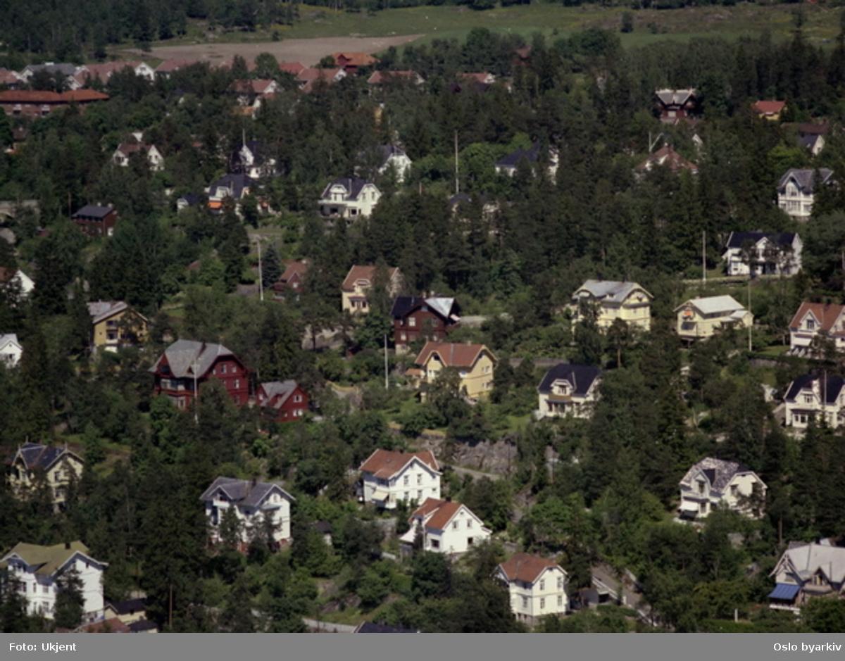 Solveien og Kastellveien. I bakgrunnen Nordseter gård og Nordseterjordene. (Flyfoto)