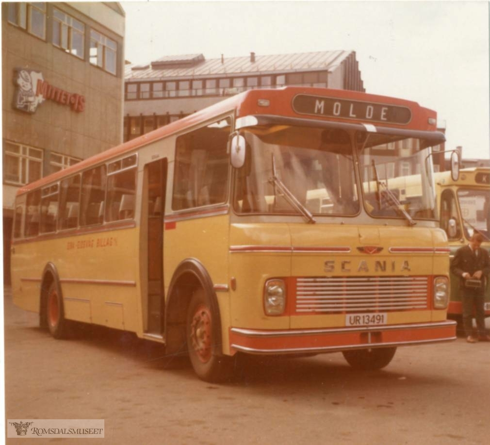 UR13491 var en Scania B80 personbuss 1972-modell. Den hadde 34 sitteplasser. Karosseriet ble bygd ved Kristiansund Lettmetall (VBK). Det var Eira-Eidsvåg Billag (EEB) som kjøpte bussen. Vi ser den her fotografert ved bussterminalen i Molde. Her har en EEBs farger fra 1970-tallet, gul hovedfarge med oransje og sølvgrå rundt vinduene. I 1982 ble EEB slått sammen med Kristiansund-Oppdal Auto (KOA). Bussen ble lakkert i nye farger, blå, brun og sølvgrå. Den gikk i rutetrafikk ca. 10 år til. Den ble solgt og ombygd til campingbuss. Siste eier var i Finnmark og den ble avregistrert i 2008..(fra Oddbjørn Skjørsæter sine samlinger i Romsdalsarkivet)