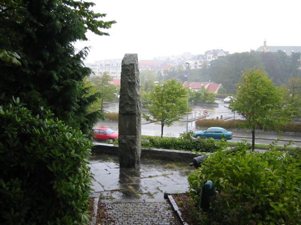 Kjøreanvisning: Står på baksiden av Stavanger Museum mot Rv 44. Parkering ved Rogaland Teater.