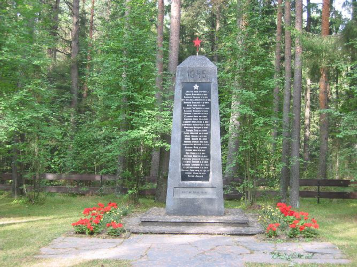 Støpt bautastein med minneplate med inngraverte navn. Kyrillisk skrift.
