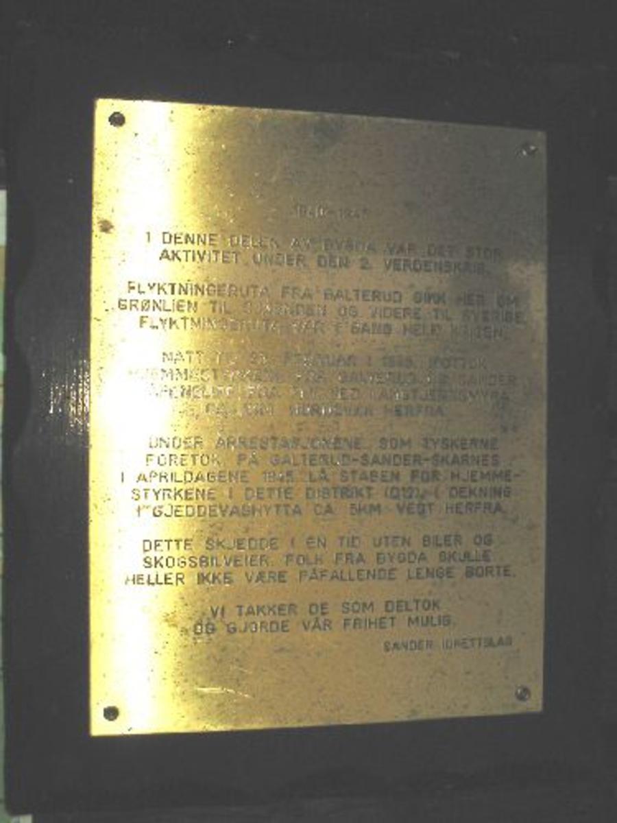 I tillegg til informasjonen på metallskiltet var det også satt opp et kart hvor Gjeddvasshytta, tilholdsstedet til D12s stap i aprildagene 1945, og slippområdet ved Kalbråtåmyra og Langtjernsmyra var avmerket.