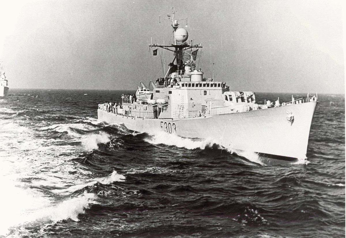 Motiv: Oslo-kl. fregatt KNM STAVANGER - Styrbord baug