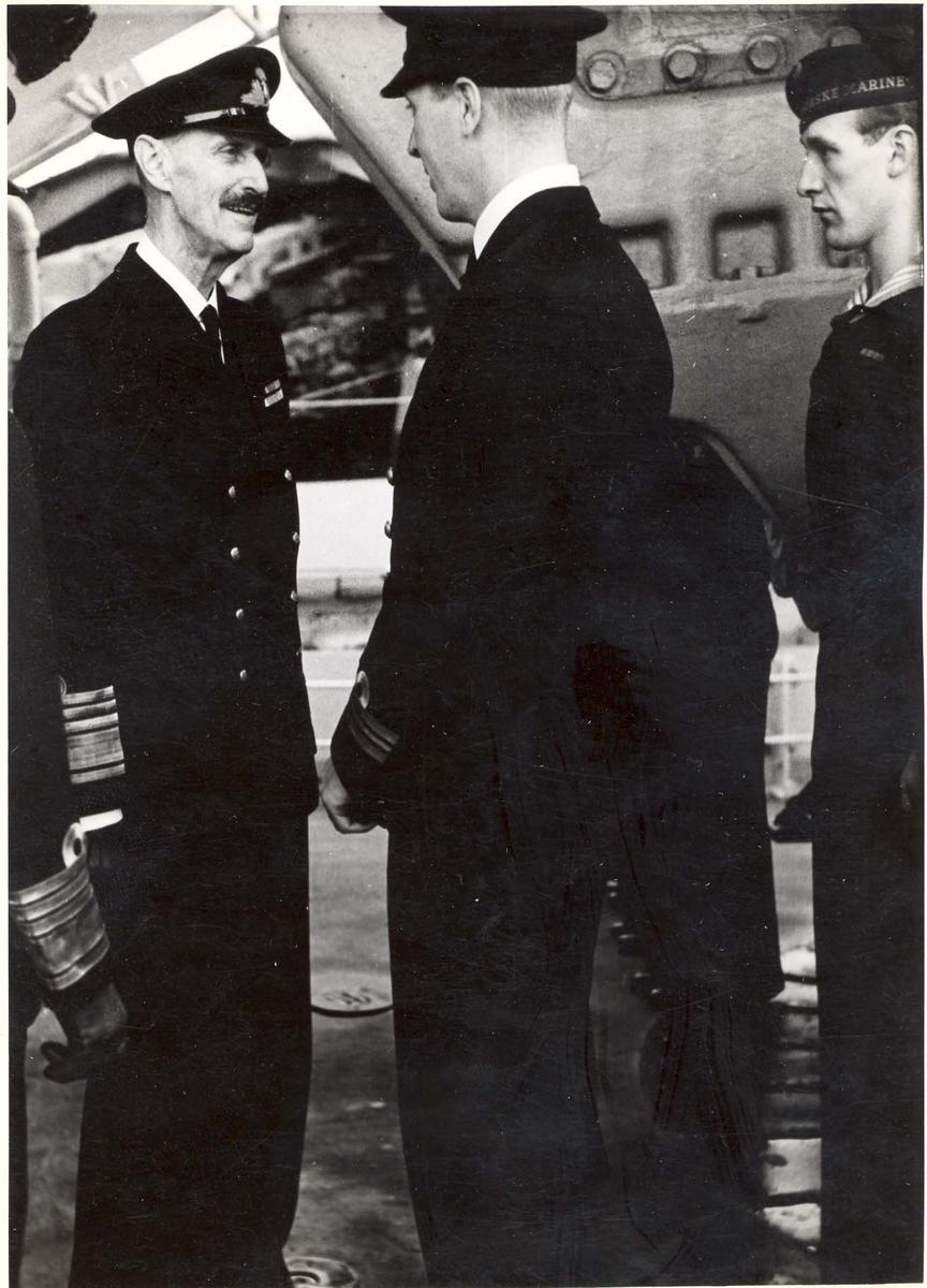 """Jageren """"Stord"""".  HM Kong Haakon VII. på inspeksjon under 2. VK. I samtale med besetningen"""
