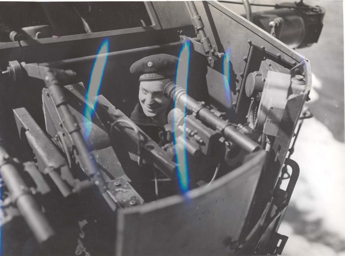 """Jageren """"Stord"""" blir overtatt av Den Norske Marine, 26.august 1943. Mannskap som har bemannet """"direktoren"""""""