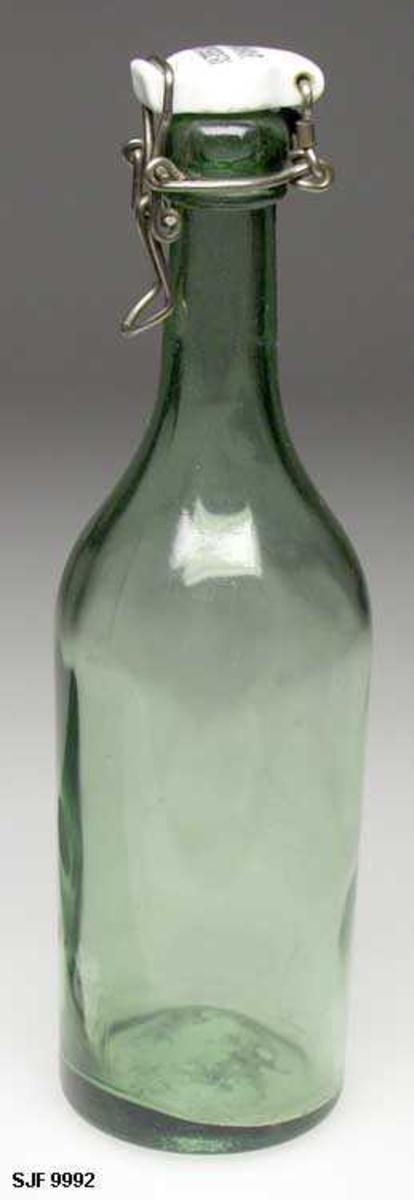Patentkorkflaske i bruk på Hamar Bryggeri. Den var en retur- flaske, men den hadde også annen anvendelse i hjemmene, f. eks. til melk og annet drikke til nistemat.