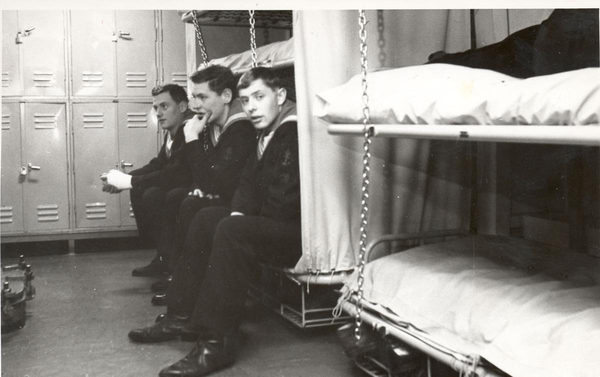 """Tjueen foto fra fregatten KNM """"Oslo"""" under tjeneste vinteren 1967 i Nord-Norge. Livet om bord, her fra banjeren"""