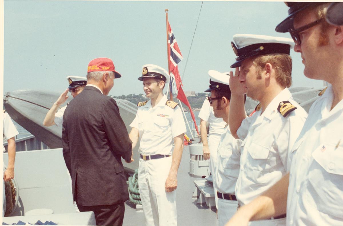 """Oslo-kl.- fregatt KNM """"Trondheim"""" får besøk av Secretary of the Navy J. W. Middeldorf i New York, sommeren 1976. Avskjed etter besøket."""