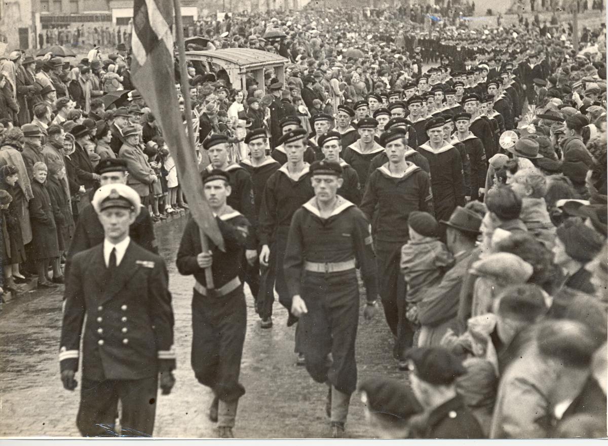 "Jageren ""Stord"" i 17. Mai tog i Devenport 1946."