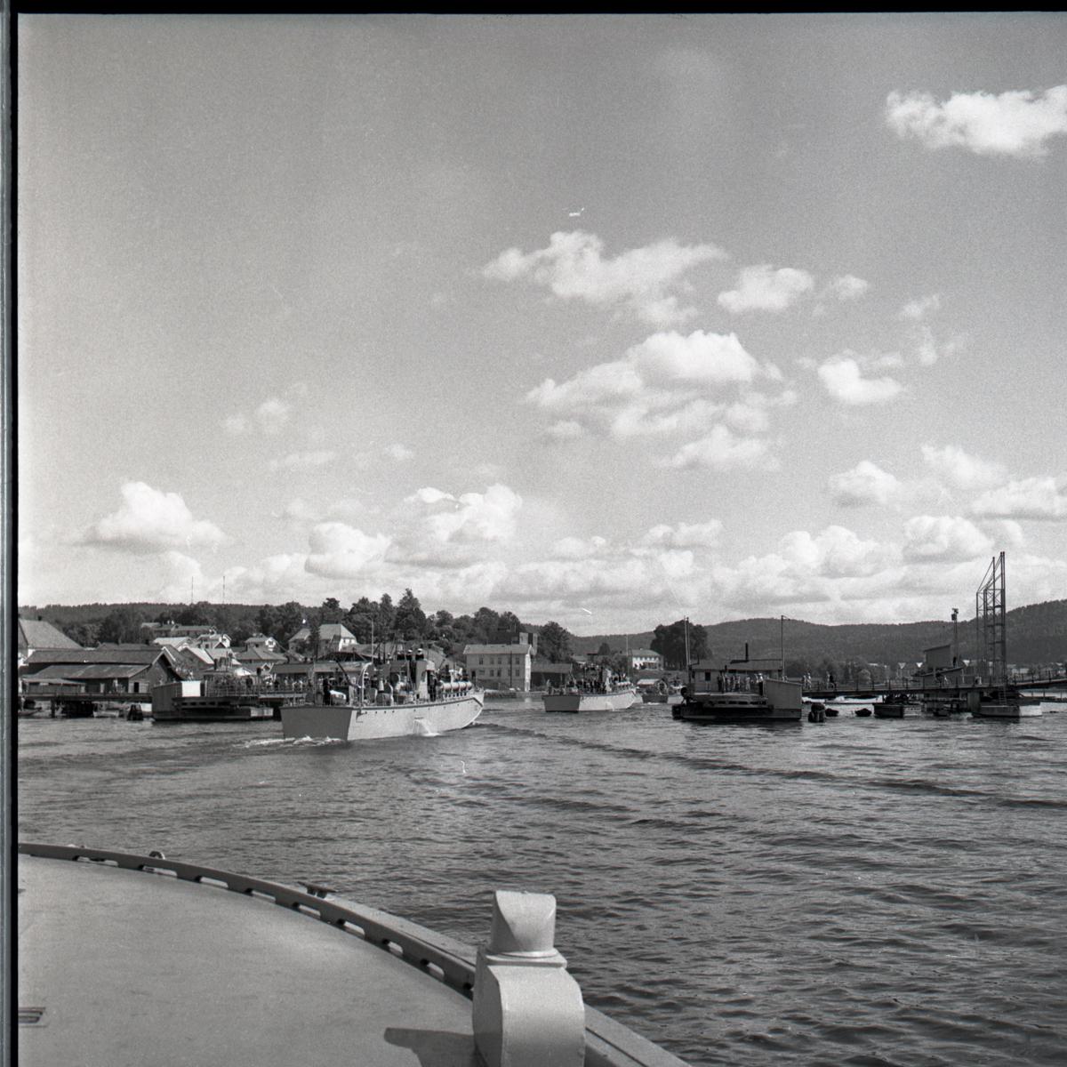 Samlefoto: Elco-klasse MTB-er gjennom Bandak-kanalen i juli 1953. Havneområde.