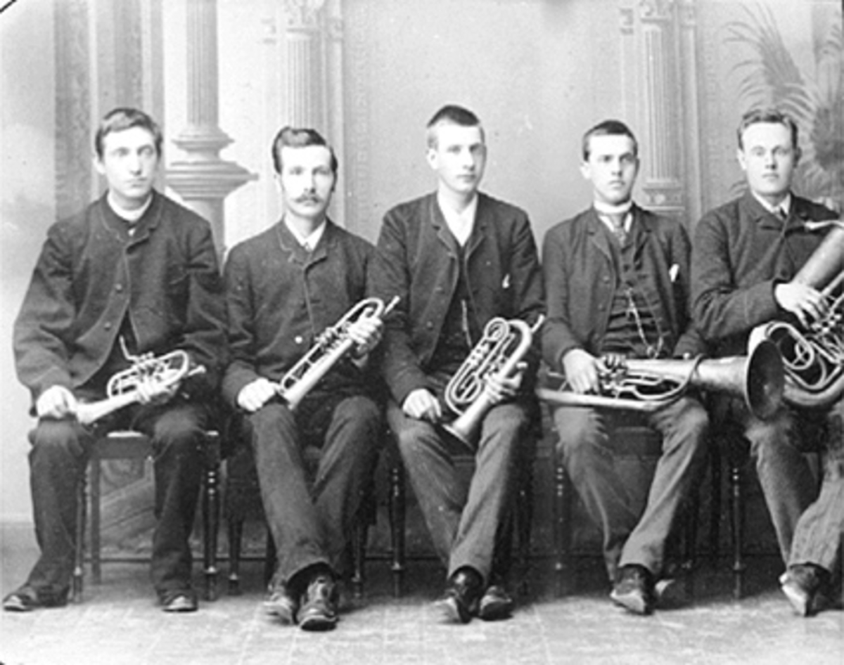 GURPPE 5 MENN, MUSIKERE, HAGBART HOLLO, H. HANSEN, O. OLSEN, E. KRISTIANSEN, O. STENSRUD, HAGBART HALLO VAR SØNN AV LARS HOLLO. Hagbart Hollo døde 10. 11. 1898 i Hamar.