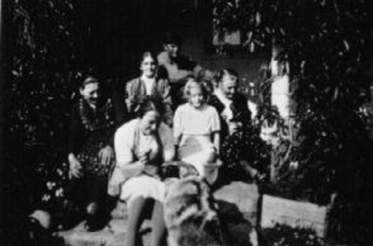 Gruppe sitter i trapp. Foran er Kristiane Mengshoel, Liv Walby, Viva Walby, kusine og moster Anne O. Haugen, Martine Vang. Bak er Leif Mengshoel.