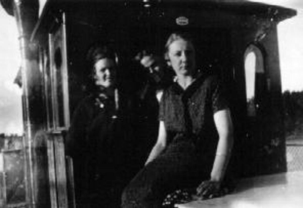 """Tur opp slusene i Haldenvassdraget på båten """"Turisten"""". Fra venstre er Aslaug Mossvik gift Olsen, Aslaug Bratberg Molstad."""
