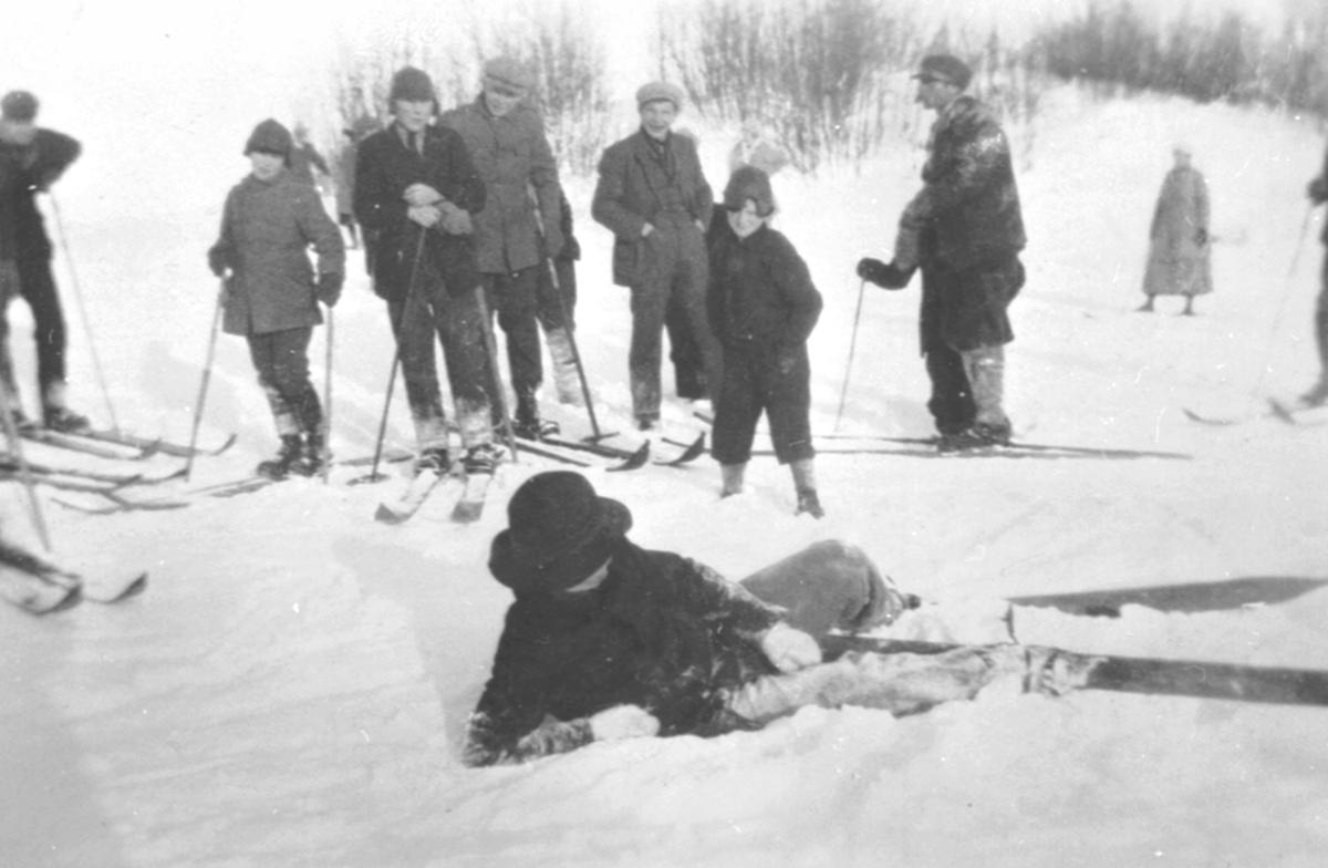 Even Moen faller på ski i Fredheimsbakken, Nes, Hedmark. Skoleskirenn med mange skiløpere.