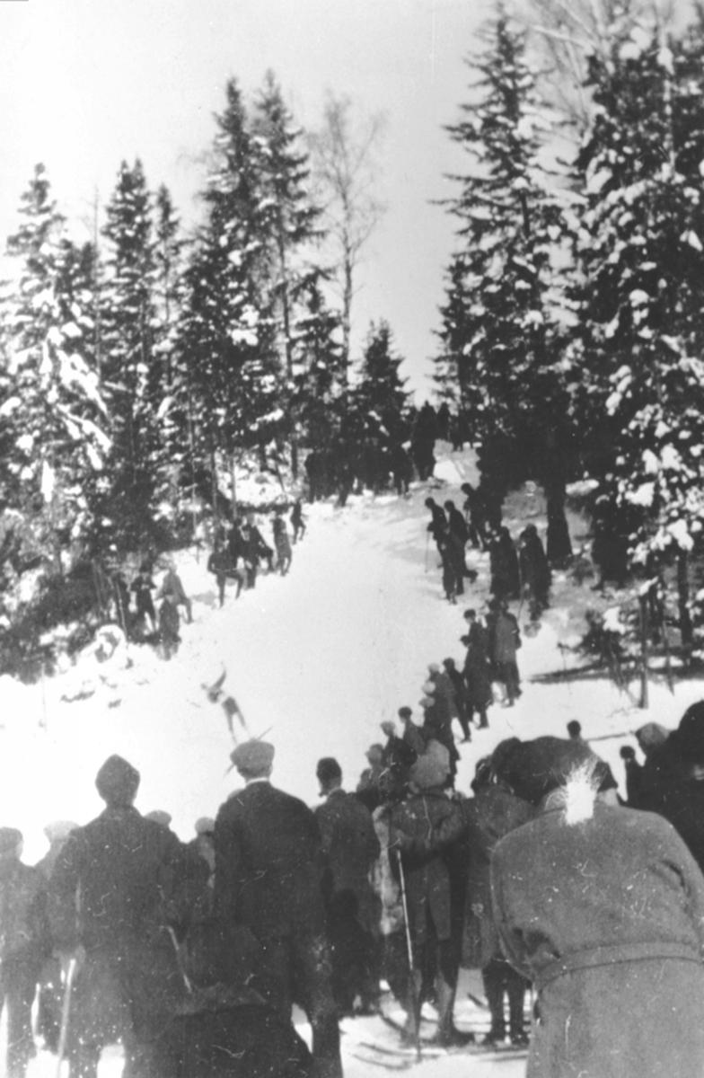 Hopprenn i Fredheimsbakken, Nes, Hedmark. Skoleskirenn på Fredheim skole. Mye folk på ski. Tilskuere.