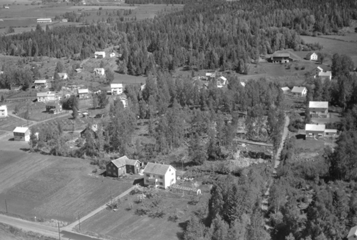 Flyfoto av Moelv, Ringsaker. Storgata sør for Kilde skole, Torgenrud og Dehlienga. Lotterud øverst til høyre.