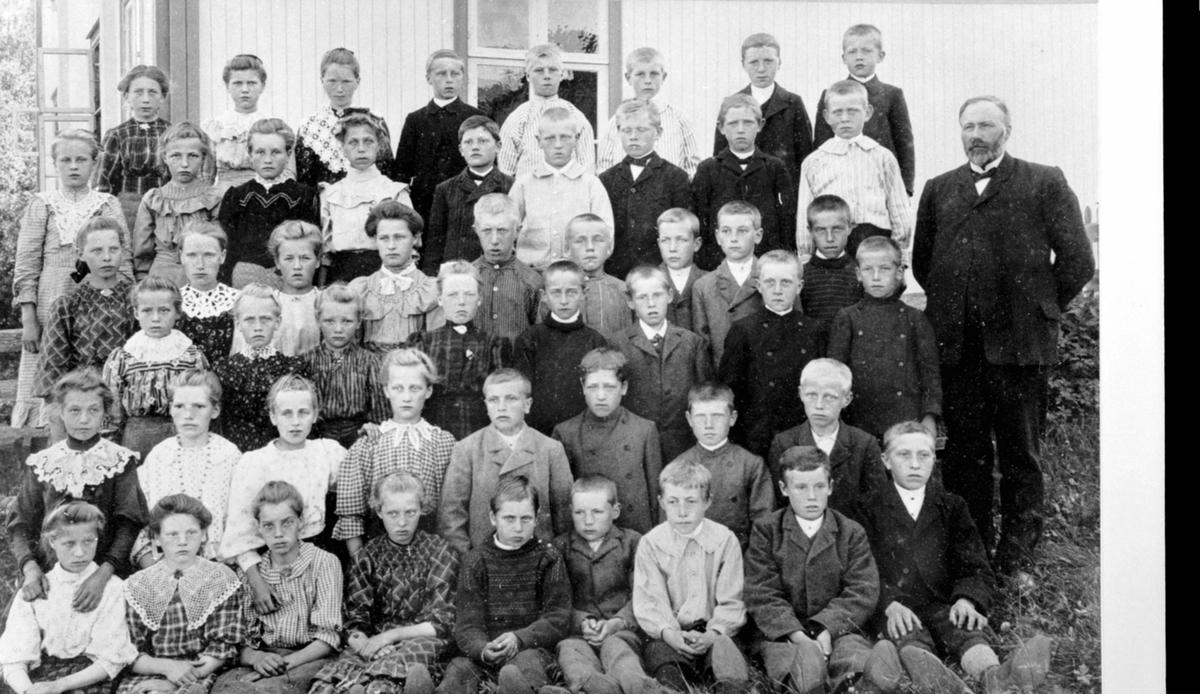 Elver og lærer ved storskolen, Brumund skole, Veldre, Ringsaker.