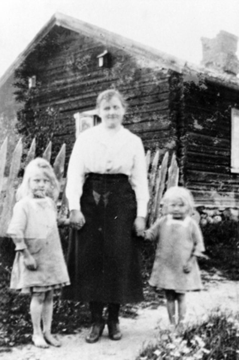 "Fra venstre: Karen Vesteng (Senere Stensrud), Tora Larsen, farens søster, ""Tante Tora"", bosatt Hamar, Margit Vesteng (Senere Martinsen), Vesteng Furnes."