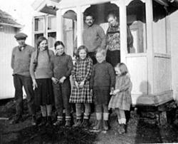 GRUPPE: 8, MARTIN PALERUD, HELENE PALERUD PÅ VERANDA, BARNA
