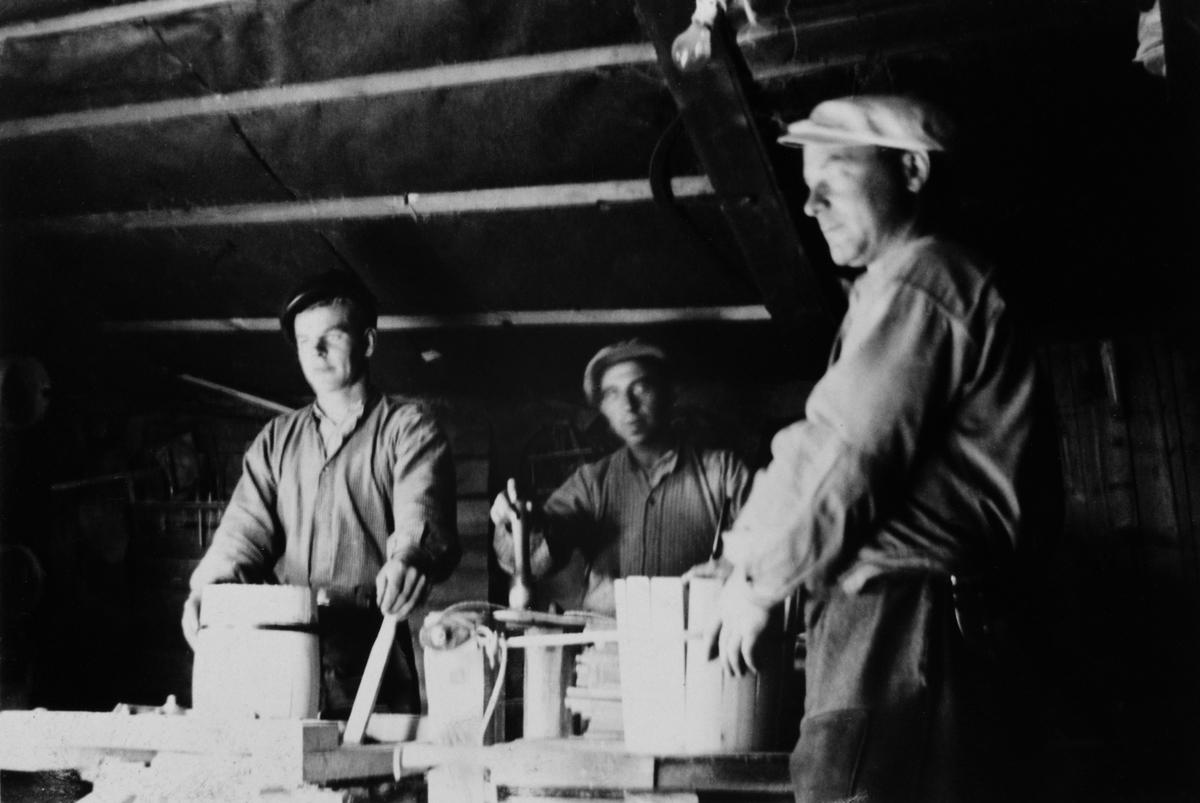"""Åttingfabrikken i Rønsveen i Nordbygda i Løten. Mathias Solli drev en allsidig trevareproduksjon og laget bl. a åttinger. Produksjonen av åttinger foregikk fra mai til juli. Åttingene ble særlig brukt til oppbevaring av multer, men også til saltet fisk. De var 1/8 del av en tønne og rommet 16, 4 liter. En åtting er en liten butt/tønne med trestaver, gjøler, bunn og lokk.  Se artikkel i Lautin 2011, artikkel av Ola Stafseng """"Åttingfabrikken i Rønsveen"""" og Lautin 1993.    I"""