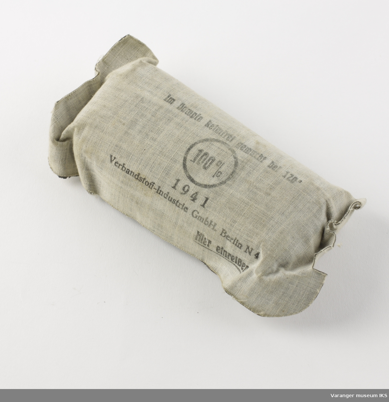 Tysk førstehjelpsutstyr (enmannspakke) fra andre verdenskrig. Ytre emballasje i grått lerretsstoff.