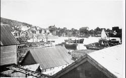 """Honningsvåg havn med hospitalskipet """"Viking"""", bebyggelse, fi"""